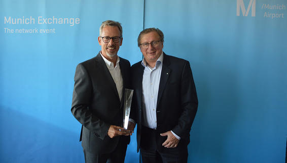 Dr. Michael Kerkloh überreicht den MUC-Exchange-Award an Thorsten Lettnin (United Airlines)